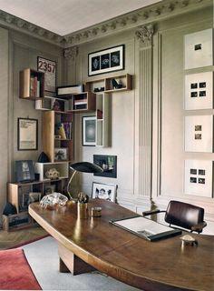 Stefano Pilati´s kantoor in Paris: Charlotte Perriand´s massieve houten bureau en Jean Prouvé´s bureaustoel, allebei uit ca.1950s.