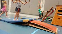 Koppeltje duiken achterover. Lopen tegen de springplank op, hoofd naar achter en actief klein maken.