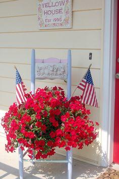 of July porch From: Blackberry Creek, please visit Juli Veranda Von: Blackberry Creek, besuchen Sie bitte Fourth Of July Decor, 4th Of July Decorations, 4th Of July Party, July 4th, 4th Of July Wreath, Americana Decorations, Hanging Flowers, Hanging Plants, Potted Flowers