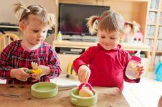 Twin sisters cooking eegs  Alice et Juliette font un peu de cuisine
