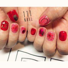じんわり ぼんやり キラキラ✨いろんな赤♦️ #nail#art#nailart#ネイル#ネイルアート#red#赤ネイル#nuance#担当カラー#ショートネイル#nailsalon#ネイルサロン#表参道 Em Nails, Posh Nails, Fancy Nails, Glitter Nails, Cute Nails, Kawaii Nails, Nail Art Brushes, Perfect Nails, Short Nails