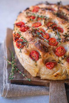 Et lækkert saftigt foccacia brød med surdej. Perfekt som tilbehør til italienske retter, grillmad eller tapas. Det lækre surdejsbrød har en helt fantastisk luftig krumme. Find opskriften her. Vegetable Pizza, Quiche, Tapas, Vegetables, Breakfast, Morning Coffee, Quiches, Veggie Food, Vegetable Recipes