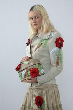 замшевый костюм с аппликацией кожаными цветами