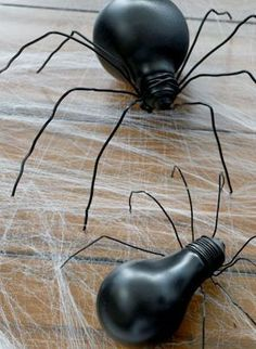 Decorate your table this Halloween with a light bulb spider from Everyday Dishes! A few pieces of wire and a little spray paint make it a quick and easy craft. Deco Haloween, Fete Halloween, Diy Halloween Decorations, Holidays Halloween, Easy Halloween Food, Halloween Ornaments, Halloween Porch, Halloween Crafts For Kids, Outdoor Halloween