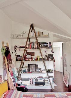 Libreria realizzata recuperando una vecchia scala, i ripiani sono di lunghezza e larghezza differenti riciclando vecchie assi di legno, colorate e antichizzate. I ferma libri, all'estremità delle mensole, sono stati creati con vecchi chiodi.