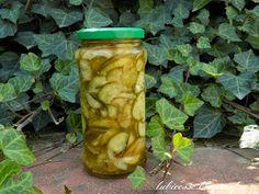 Składniki:  2 kg ogórków  2 kg cukinii  1 kg cebuli  czosnek  2 szklanki octu  12 łyżek oliwy  5 łyżek soli  0,6 kg cukru  opakowanie przypr...