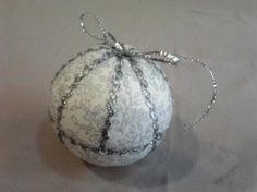 bola de navidad realizada con patchwork sin agujas.  tela de patchwok,adornos de pasamanería,bola de porex patchwork sin agujas.