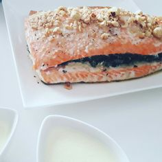 Trancio di salmone ripieno di spinaci e nocciole con salsa al Camembert