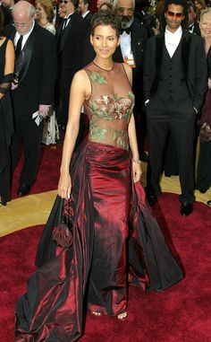 Halle Berry from Top 10 Show-Stopping Red Carpet Gowns No contest! It's sort of not fair when you put a Elie Saab gown this pretty on a woman that flawless. Estilo Halle Berry, Halle Berry Style, Halle Berry Hot, Cleveland, Elie Saab Gowns, Oscar Fashion, 60 Fashion, Oscar Dresses, Red Carpet Gowns