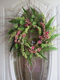 couronne de Pâques avec des plantes vertes et des oeufs