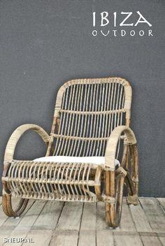 Rotan stoel woonkamer bij haard of buiten op veranda