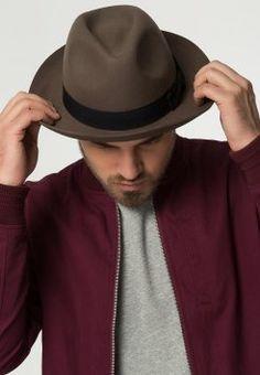 Éste es un sombrero marrón. Hay una raya negra. Es muy bello. Puedo fa2c9601a31