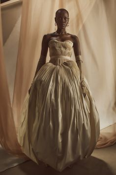 Danielle Frankel Fall 2021 Ready-to-Wear collection, runway looks, beauty, models, and reviews. Asian Wedding Dress, Wedding Dress Trends, Tulle Gown, Silk Gown, Minimalist Gown, Vogue Wedding, Gold Wedding, Column Dress, Bridal Fashion Week