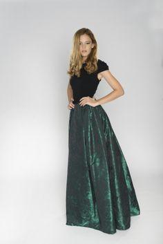 vestido largo verde esmeralda, falda de tafetta tornasol, top negro con manguita