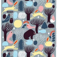 Dieser schöne Baumwollstoff mit den klingenden Namen Huhuli hat ein Motiv, bei dessen Design sich Aino-Maija Metsola von den finnischen Wäldern inspirieren ließ.