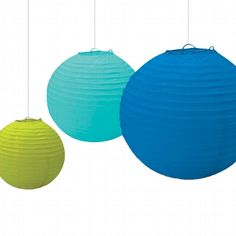 Hübsches Lampion-Set in maritimen Farben. Die Lampions in den typischen Farben des Meeres sind eine ideale Hochzeitsdekoration für eine Hochzeit mit Strand-Motto.