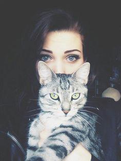 """キャットアイは進化しています。これからは""""子猫アイ""""がモテメイク。気が強いのか、それともか弱くて甘えん坊なのかわからない子猫のような目元でみんなの視線を独り占めにします。思わず見とれてしまう子猫アイとキスしたくなる唇で、みんなの心を掴んじゃいましょう♡"""