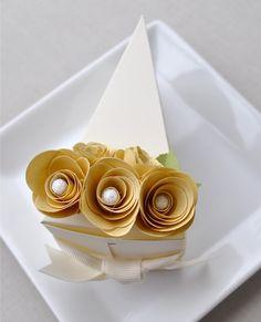 cute cake box - Caixas de lembrancinhas em formato de fatias de bolo! Acesse: https://pitacoseachados.wordpress.com #pitacoseachados