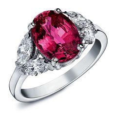 ROSALIE : Bague en or blanc sertie d'un rubis ovale au centre, tenu par quatre diamants en forme de feuilles #bague #orblanc #diamants #bijoux #luxe #valeriedanenberg  #rubis