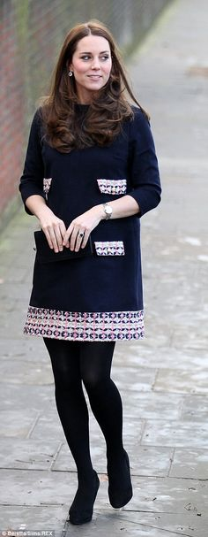 Pregnant Kate Middleton concealed her growing baby bump at her first royal engagement of the year today (Jan Duchess of Cambridge, who's approaching her third trimester, opted for a style shift dress that skimmed over her stomach. Moda Kate Middleton, Princesse Kate Middleton, Kate Middleton Outfits, Kate Middleton Style, Princesa Charlotte, Princesa Kate, Duke And Duchess, Duchess Of Cambridge, Grayson Perry