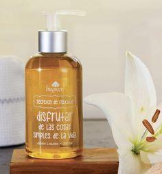 JABÓN LÍQUIDO  I  Un vibrante jabón líquido que limpia suavemente tus manos, cuidándolas y dejándolas suaves y delicadamente perfumadas.