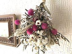 ピンクのセンニチコウとホワイトの花でガーリーなブーケを束ねましたシルバーホワイトなラムズイヤーも添えて、ナチュラルな可愛いインテリアですコンパクトなスワッグですので、さりげなく飾ってください*お花ドライフラワータタリカセンニチコウ直径 長さ30cm 幅 ...