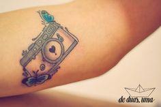 Tatuagem de Câmera com Borboleta - Narlla Oliveira - Desenho exclusivo criado por De duas, uma (www.deduasuma.com)