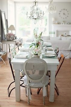 Check Out 23 Stunning Shabby Chic Dining Room Design Ideas. Old-fashioned furniture, shabby chic walls, rustic wooden chairs, the recommended color is white or very light gray. Comedor Shabby Chic, Rustikalen Shabby Chic, Shabby Chic Zimmer, Casas Shabby Chic, Shabby Chic Dining Room, Chic Living Room, Shabby Chic Homes, Shabby Chic Furniture, Shabby Vintage