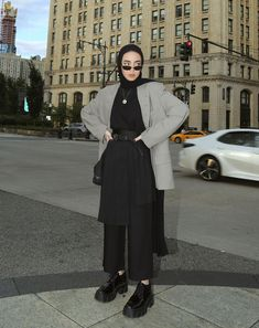 In between shows you get a glimpse at what the Fashion Week-goers are wearing. So, we listed our favorite street style looks from New York Fashion Week. Modern Hijab Fashion, Street Hijab Fashion, Hijab Fashion Inspiration, Muslim Fashion, Modest Fashion, Hijab Fashion Style, Hijab Style Dress, Fashion Fashion, Fashion Dresses