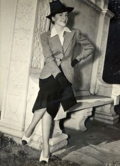 Joan Fontaine looking very smart!