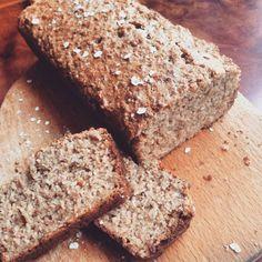 Wat een makkelijk recept is dit zeg! Het hoeft niet te rijzen, je gooit alle ingrediënten bij elkaar in een kom, even roeren, bakken, en klaar is kees! Dit brood is heerlijk bij het ontbijt; neem b...