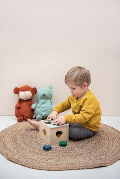 Deze favoriet aller tijden is een leuke mix van geometrische vormen en vriendelijke dierengezichten. Je kleintje kan in één spel leren over kleuren, vormen en dieren. De vormendoos verbetert de hand-oog coördinatie en stimuleert de fijne motoriek, terwijl kinderen spelenderwijs verschillende vormen en kleuren leren herkennen. - Klein en Stoer | houten speelgoed | houten speelgoed baby | speelgoed hout | houten kinderspeelgoed | wooden toys | kleinenstoer.nl #kleinenstoer