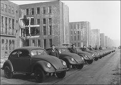 Ivan Hirst (segundo auto) frente a la derruida fábrica de Wolfsburg, con la producción de VW typ 51 (chasis de Kübelwagen y carrocería de typ 11) c 1946