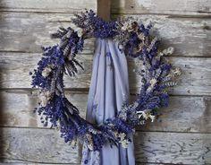 Für drinnen und draußen: Ein Lavendelkranz lässt sich in vielen Variationen und Größen binden. Die Basis ist ein Kreis aus Gartendraht auf den kleine Sträußchen entgegen den Uhrzeigersinn gebunden werden.