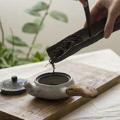 The Tea / Tea Ceremony in action / Ceramic Teascoop / ChaZe Tea Carrier / Zen Aesthetics / Wabi Sabi Teaware by Viter Ceramics 🍵 ( Thé Oolong, Tea Culture, Japanese Tea Ceremony, Chinese Tea, Tea Art, Tea Service, Bubble Tea, Tea Bowls, Wabi Sabi