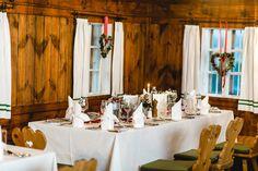 Gedeckter Tisch bereit für die nächste Weihnachtsfeier im Gaisrieglhof. #gairiegelhof #essen #trinken #kulinarik #restaurant #holzstube Restaurant, Table Settings, Modern, Candles, Wordpress, Wedding, Environment, Decorations, House