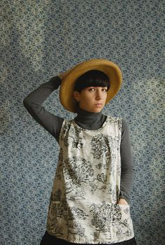Smock de Jardin   Inspired from Nineteenth-Century English outer garments, the Smock de Jardin is a Crafters Apron.
