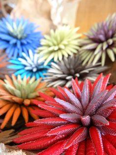 """Broches """"chardon-baguette"""" aux couleurs exclusives ! Issus d'un savoir-faire français unique, les produits Tzuri Gueta sont réalisés entièrement à la main dans un atelier parisien au Viaduc des Arts.  Technique inédite mêlant le textile au silicone."""