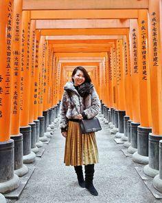 The walk through a thousand torii gates. ⛩️⛩ // Fushimi Inari Shrine, Kyoto Prefecture, Japan. Instagram: @quennandher CHANEL Boy charcoal bag // KILLAH faux fur jacket // TOPSHOP pleated skirt (at...