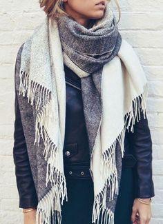 Тренд: шарф с бахромой или кисточками 2