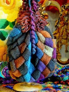 Entrelac bag - basic knit recipe provided on site. Lots of wonderfully colorful projects shown.