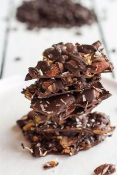 {Coffee roasted almond and toasted coconut dark chocolate bark.} First make mocha coffee almonds. Ingredients 1 cups whole raw almonds, 1 cup pistachios, cup fresh ground coffee beans, 1 (Chocolate Bark Healthy) Köstliche Desserts, Delicious Desserts, Dessert Recipes, Yummy Food, Plated Desserts, Yummy Treats, Sweet Treats, Roasted Almonds, Raw Almonds