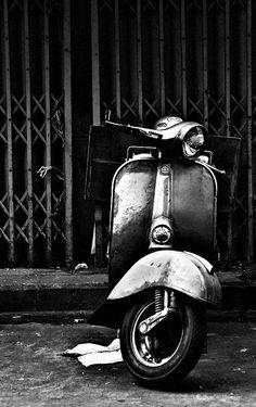 vespa / Black and white photography Motorcycle Photo Shoot, White Motorcycle, Motorcycle Photography, Car Photography, Vintage Photography, Piaggio Vespa, Vespa Lambretta, Vespa Scooters, Classic Vespa