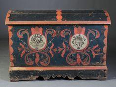 Liten dekorert kiste med monogram og dat. 1803, Orkdal. Dekorert også innv. L: 94 cm.