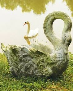 Add beauty and grace to your garden with our Swan Grande Planter.