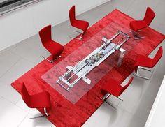 Η Roche Bobois σχεδίασε ένα επεκτεινόμενο τραπέζι με σκελετό αλουμινίου και διαφανή γυάλινη επιφάνεια, μέσω της οποίας είναι εμφανής ο μεταλλικός μηχανισμός με τον οποίο μετακινούνται οι δύο προεκτάσεις μήκους 40 εκατοστών η κάθε μία.