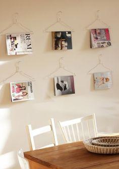 Ein paar Bügel aufhängen mit Zeitschriften. Praktisch und sieht super aus.