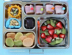 Idea for Birdie's Planet Box.ham cheese rolls, nuts, veggie chips, strawberries and kiwi, organic dark chocolate Ham Cheese Rolls, Ham And Cheese, Cheese Chips, Cheddar Cheese, Bento Box Lunch, Lunch Snacks, Lunch Boxes, Lunch Box Recipes, Lunch Ideas