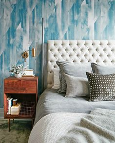 Gone are the days when wallpaper was seen as an old-fashioned way to style walls. Here are some stunning home decor ideas with fabulous wallpapers. #homedecor #moderninteriordesign #livingroomideas See more: https://www.brabbu.com/en/inspiration-and-ideas/interior-design/fabulous-home-decor-ideas-wallpaper