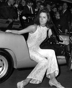 Diana Rigg (Emma Peel from the Avengers) posing with a Lotus Elan - 1968 Emma Peel, Chevrolet Corvette, Corvette Cabrio, The Avengers, Avengers Women, Avengers Series, Sixties Fashion, Retro Fashion, Icon Fashion